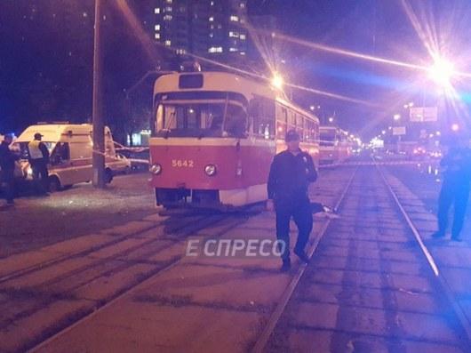 Ужасающая смерть: вКиеве мать с сыном погибли под колесами трамвая